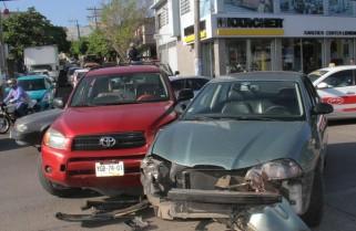 Carambola en Xalapa y Victoria genera caos vial, en Veracruz