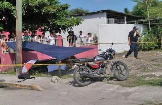 Adolescente muere tras chocar en motocicleta contra un poste