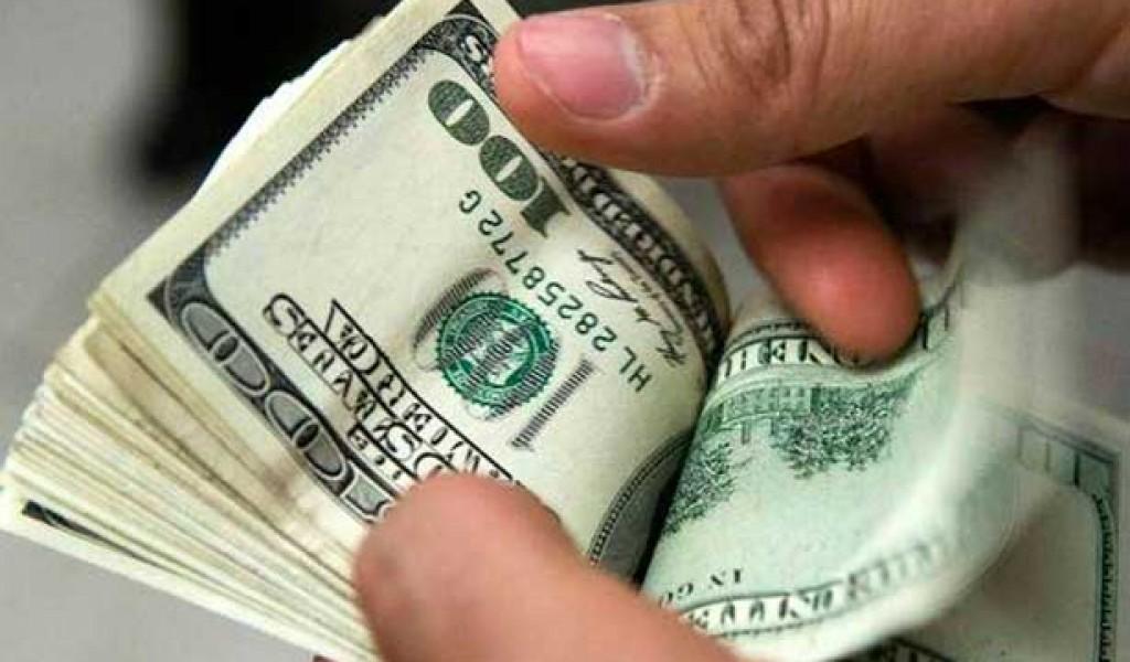 Dólar se ofrece a la venta en 18.60 pesos en el aeropuerto de CDMX