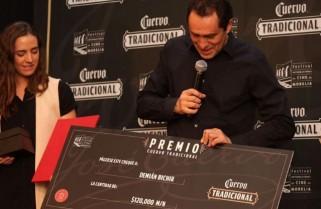 Demián Bichir dona premio a los padres de los 43 normalistas