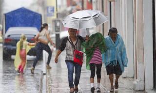 51017113. Mérida, 17 Oct 2015 (Notimex-Hugo Borges).- Una lluvia intensa acompañada de un cielo nublado sorprendió a los habitantes de Mérida quienes buscaban la forma de resguardarse del agua.  NOTIMEX/FOTO/HUGO BORGES/FRE/WEA/LLUVIAS15